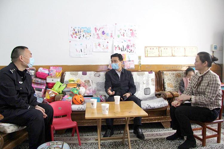 宝丰县公安局领导 慰问看守所民警家属