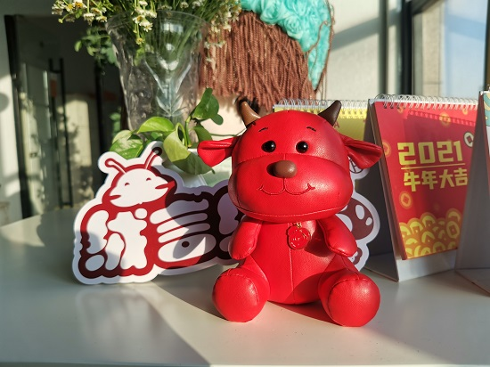 绒言绒语吉祥物定制:春节将至,喜庆中国红,牛年运亨通